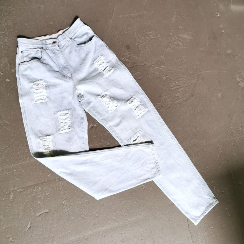 90s-jeans-hose-frauen-stone-washed-mom-jeans-mit rissen